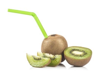 drinking straw: Kiwi frutta e cocktail di kiwi con il bere verde paglia isolato su sfondo bianco Archivio Fotografico