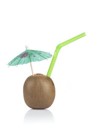 drinking straw: kiwi cocktail con verde cannuccia e cocktail ombrello su sfondo bianco