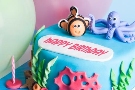 happy birthday cake: fresca torta del feliz cumplea�os con decoraci�n marina Foto de archivo