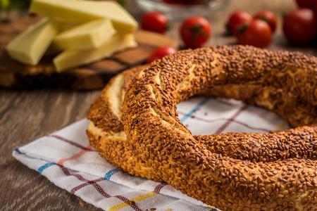 伝統的なトルコのベーグル(紅茶、チーズ、トマト) 写真素材