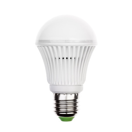 enchufe de luz: Bombilla LED (lámpara) con casquillo E27 Aislados en blanco Foto de archivo