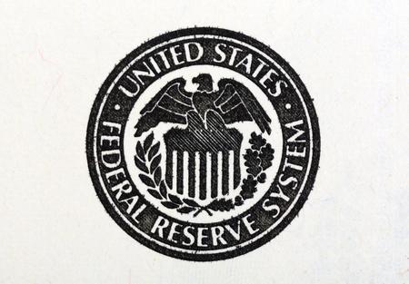 signos de pesos: Tiro macro de símbolo de sistema de la Reserva Federal de los Estados Unidos en el viejo billete de 100 dólares.