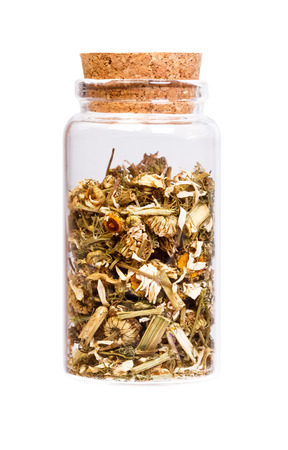 herbalist: Manzanilla t� de hierbas en una botella con corcho para uso m�dico.