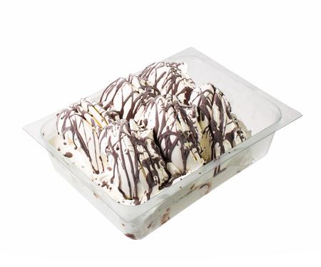 caja de leche: Este helado italiano (helado) con jarabe de chocolate aislado en blanco.