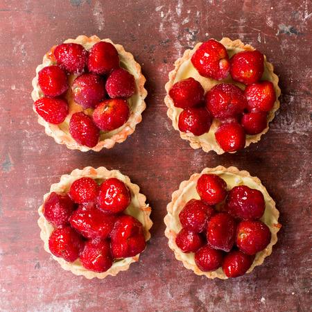 gateau: Close up of strawberry shortcakes on red background. Stock Photo