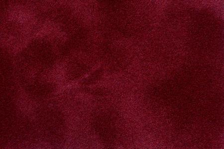 Het oppervlak van de rode fluwelen hoes op de pokertafel. Afbeelding van hoge kwaliteit.