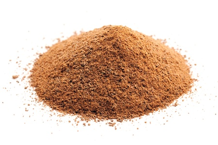 ground cinnamon pile on white Stockfoto