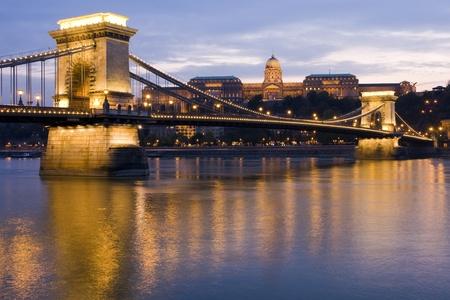 부다페스트, 헝가리에있는 로얄 팰리스, 체인 다리와 다뉴브 강 스톡 콘텐츠