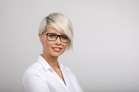 Blonde Frau Mit Brille überrascht Lizenzfreie Fotos Bilder Und