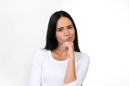Belle femme plissant ses lèvres en pensant