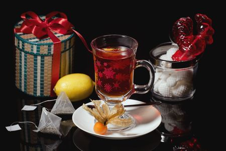reflektion: Christmas Tea in a glass on a black background Stock Photo