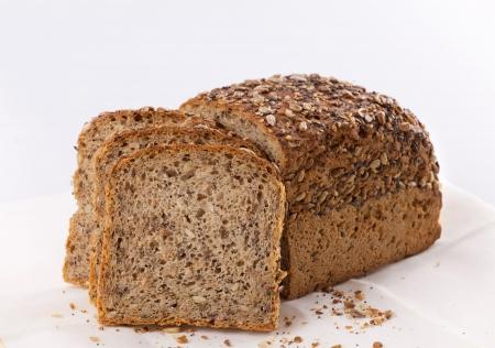 En rebanadas de pan casero de marr�n con cereales  Foto de archivo