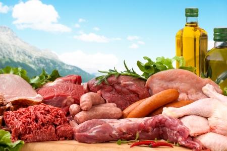 carne cruda: Macellaio fresco tagliati assortimento di carni guarnito con insalata e rosmarino fresco