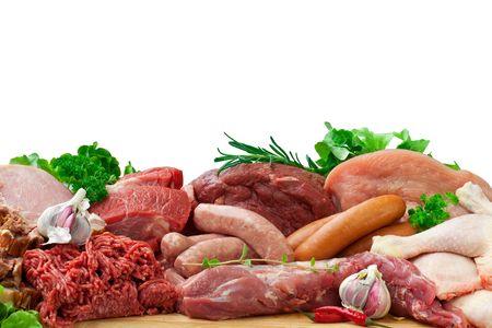 Frische Metzger schneiden Fleisch-Sortiment, garniert mit Salat und frischer Rosmarin  Lizenzfreie Bilder