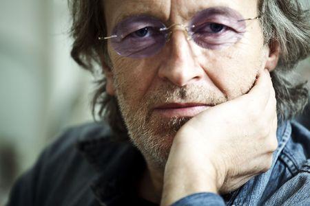 Close-up ein eines Mannes, der Kontemplation  Lizenzfreie Bilder