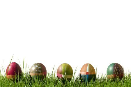 Coloridos mano pintada huevos de Pascua con manchas y rayas sobre c�sped