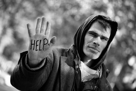 Un hombre sin hogar con mano extendidos: usted puede ayuda!