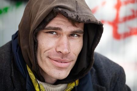 Sin hogar hombres ser descriptivo y sonriente