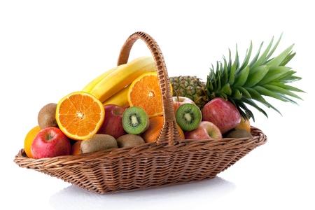 fruitmand: Vers fruit in de mand tegen een witte achtergrond Stockfoto