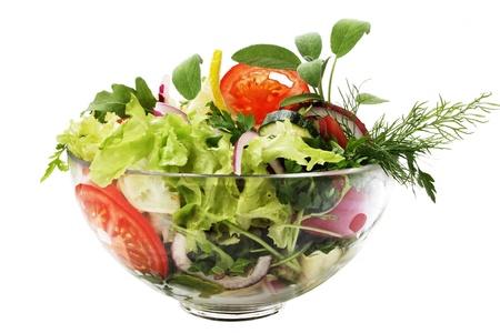 Ensalada jard�n fresca en un recipiente. Aislados en fondo blanco