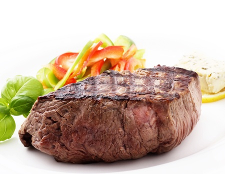 bistecche: Filetto di manzo alla griglia con verdure di stagione e rosmarino  Archivio Fotografico