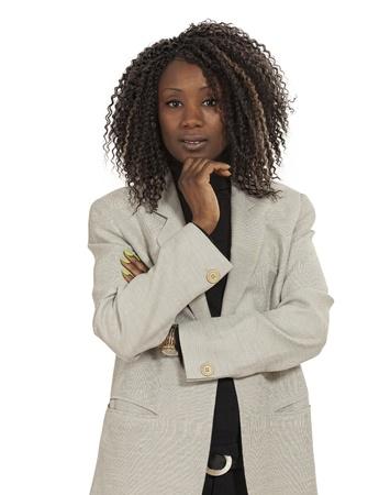 Foto de una mujer joven atractiva con sus brazos cruzados. Fondo blanco