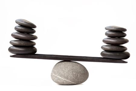 balanza en equilibrio: Piedras de equilibrio, aisladas sobre fondo blanco Foto de archivo