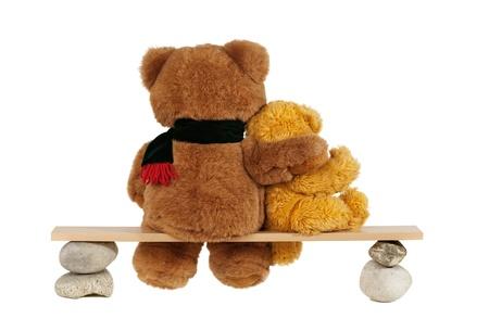 osos de peluche Pareja sentada en un banco de vista trasera, aislado en fondo blanco Foto de archivo