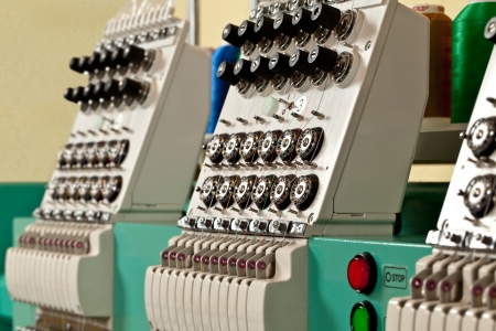 industria tessile: Ricamo a macchina tessile nel settore tessile Archivio Fotografico