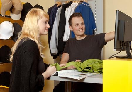 tienda de ropas: Retrato de un comprador y un hombre joven en su tienda de ropa