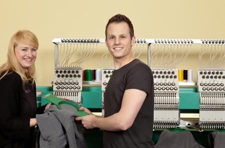 broderie: Portrait d'un employ� de magasin et un jeune homme dans son atelier de broderie textile Banque d'images