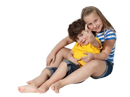 piedi nudi di bambine: Adorabile bambino e sua sorella prescolare seduto, isolato su bianco Archivio Fotografico