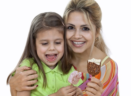Madre e hija Ice Cream comer aislado en blanco photo
