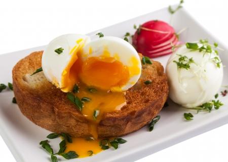 Macro de huevo escalfado suave y tostada