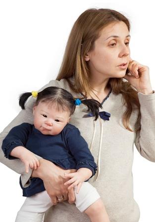 madre trabajando: Madre y el Niño Baby Doll con el teléfono móvil en blanco Foto de archivo