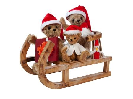 osos navideños: Tres osos de peluche de Navidad que se sienta en el trineo, Aislado En Blanco
