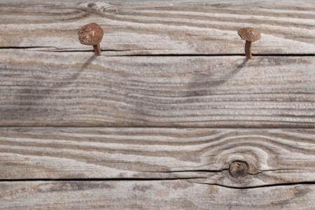 rusty nail: Clavo oxidado antiguo incrustado en un Focus de madera est� en la cabeza del clavo