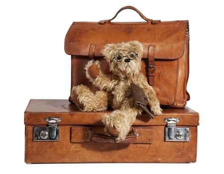 teddy bear: Set of Well-Traveled maleta de la vendimia y del oso de peluche aislado en blanco Foto de archivo