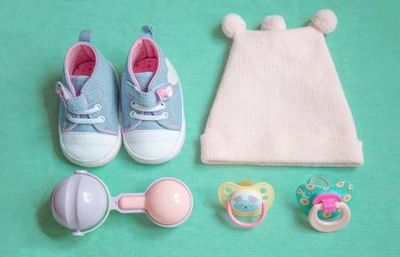 Baby-Sachen ist auf einem blauen Hintergrund . Draufsicht . Dinge beleuchtet
