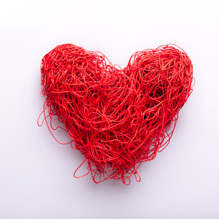 heart of red tangled wires on a white background. concept valentine's day. view from above. space for text Banque d'images