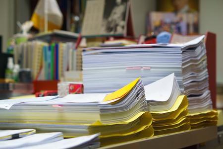 조직 된하지만 미완성 된 비즈니스 문서 책상에 스택. 바쁜 비즈니스 또는 바쁜 직업 개념. 스톡 콘텐츠