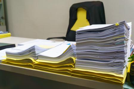 사무실, 비즈니스 및 작업 개념에서 책상에 조직하지만 미완성 된 비즈니스 문서의 더미 스톡 콘텐츠 - 87559486