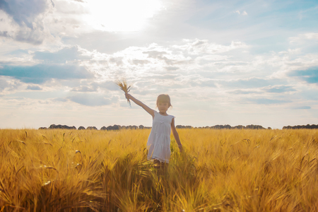 child in a wheat field. selective focus. nature Banque d'images