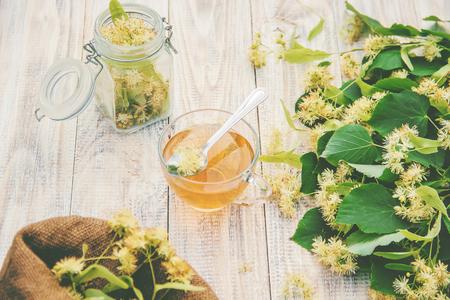 thé de tilleul et fleurs. Mise au point sélective. tasse de boisson