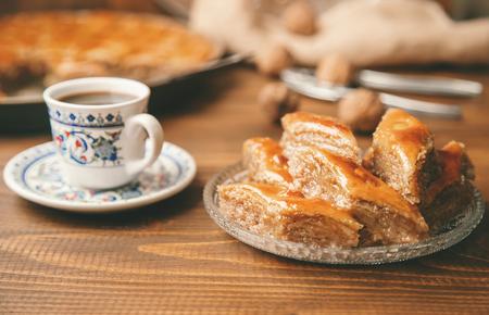 Baklava mit Nüssen auf einem hölzernen Hintergrund. Selektiver Fokus. Essen und Trinken.