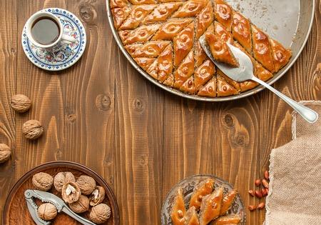 Baklava con nueces sobre un fondo de madera. Enfoque selectivo. comida y bebida. Foto de archivo