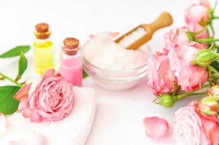 Kosmetik mit Rosenblütenextrakt. Selektiver Fokus. Natur