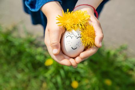 hausgemachte Eier mit schönen Gesichtern und einem Lächeln. Selektiver Fokus. Natur. Standard-Bild