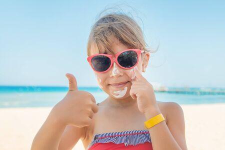 Sunscreen on the skin of a child. Selective focus. Archivio Fotografico