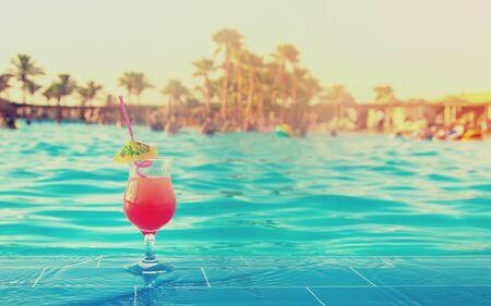 drink een cocktail op vakantie. Selectieve aandacht. natuur
